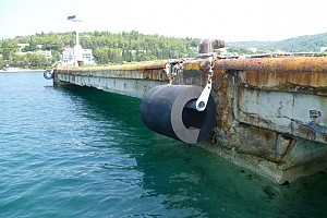 Postavljeni bokoštitnici na trajektnom pristaništu [...]